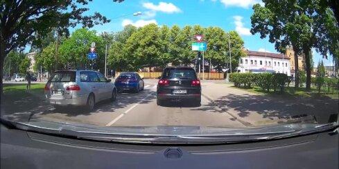 Velosipēdists ignorē satiksmes noteikumus