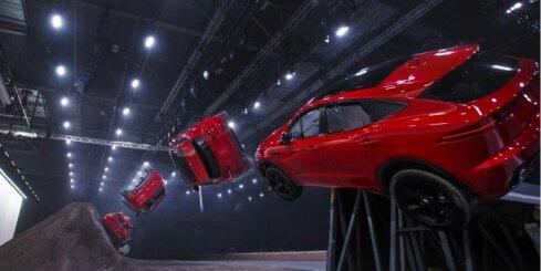 Kompaktais apvidnieks 'Jaguar E-Pace' uzstādījis rekordu spirālveida lēcienā