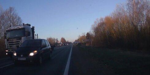 Aculiecinieks par mata tiesu izvairās no sadursmes ar pretimbraucošiem auto
