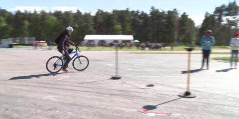 Oskars Lepers un Kaspars Dvinskis izbrauc bērnu velotrasi