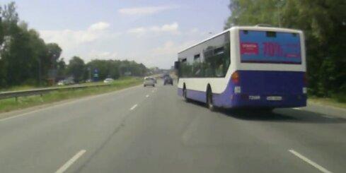 'Rīgas satiksmes' autobuss veic bīstamu manevru