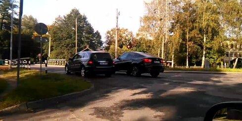 Imantā 'Mercedes' vadītājs nekaunīgi šķērso dzelzceļa pārbrauktuvi