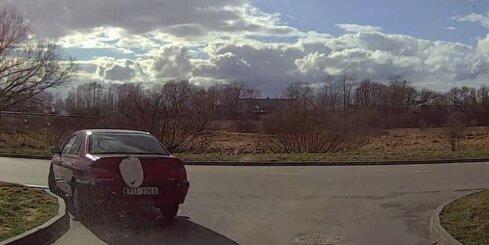 Daugavpilī neprasmīgu autovadītāju 'soda' ar poda vāku