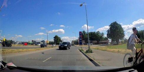 Krasta ielā džips ignorē divas 'ķieģeļa' zīmes un brauc pretējā virzienā