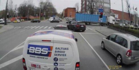 BMW vadītājs rupji pārkāpj satiksmes noteikumus