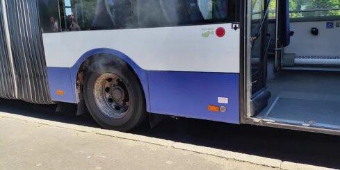 Lielajā karstumā sāk degt Rīgas satiksmes autobuss