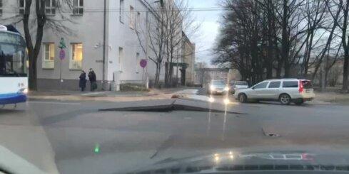 Lomonosova un Aiviekstes ielas krustojumā ūdensvada avārija