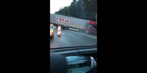 Uz Tallinas šosejas apgāžas kravas auto