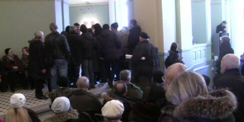 Jaunās eiro monētas 'medības' - Latvijas Bankas kasēs rindā gaida simtiem cilvēku
