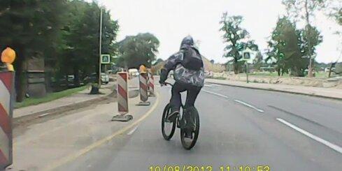 Neuzmanīgs riteņbraucējs par mata tiesu no nāves
