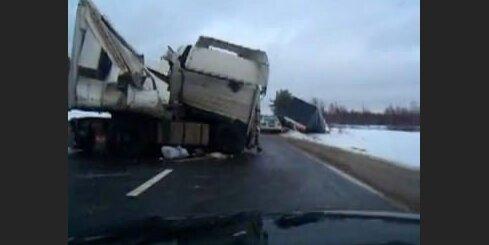 Divu kravas auto sadursme uz Jēkabpils šosejas