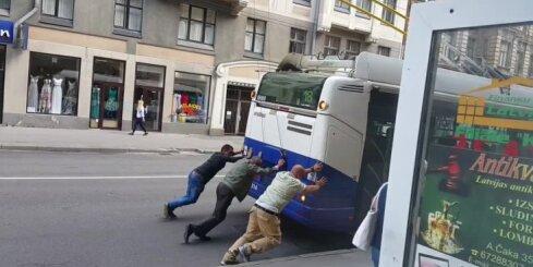 Čaka ielā pasažieri stumj trolejbusu
