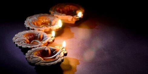 Pasaulē sākas gaismas svētki Divali; iededz gaismiņu un ieaicini mājās pārticību!