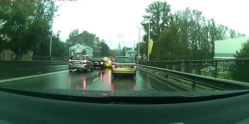 'Audi' uz Deglava tilta rupji pārkāpj satiksmes noteikumus
