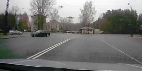 Aculiecinieka video: 'BMW' milzīgā ātrumā izlido no pagrieziena