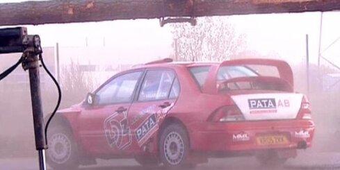 Autosportisti rāda trikus gaterī
