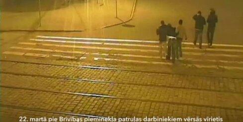 Rīgā policija aiztur četrus jauniešus, kuri aplaupīja vīrieti
