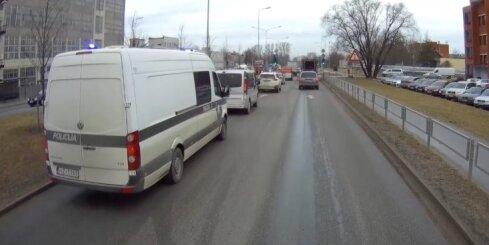 Autovadītāji bloķē policijas busiņu