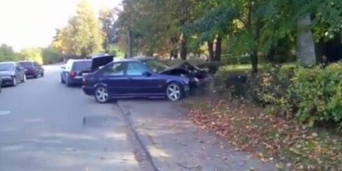 Jaunieši avarējušu BMW ievelk cita auto sānos