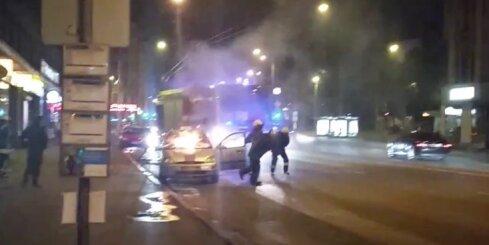 Rīgas centrā sadeg taksometrs