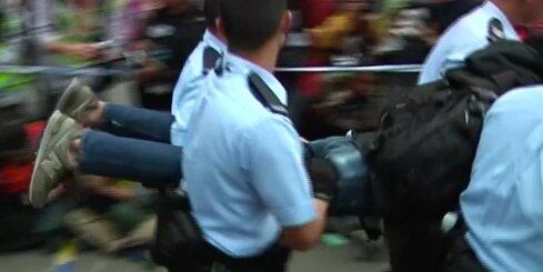 Honkongā policija nes protestētājus prom no demonstrācijas