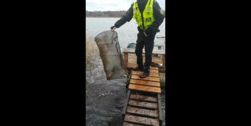 Policisti no maluzvejnieku nagiem Buļļupē izglābj 37 zivis<div id=