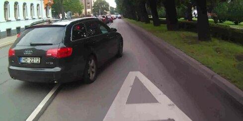 'Audi' Rīgā apbrauc sastrēgumu pa sabiedriskā transporta joslu