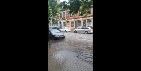 Lietavas turpina appludināt Rīgas ielas