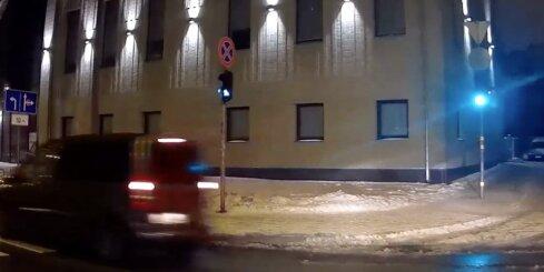 Lāčplēša ielā negaidīti parādās auto un aizbrauc pie sarkanās gaismas