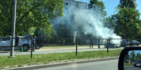 Maskavas ielā aizdegas 'BMW'