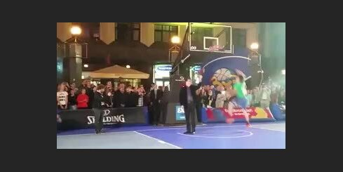 Prezidents Vējonis asistē basketbolistam 'slam dunk' izpildē