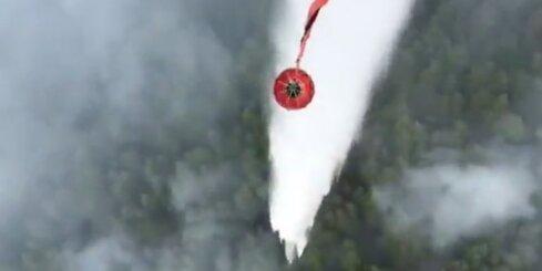 Kā NBS ar helikopteru dzēš meža ugunsgrēku Valdgales pagastā
