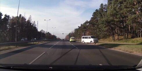 Berģos avarē mikroautobuss
