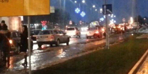 Ulmaņa gatvē vairākas automašīnas bedrē pārsit riepas