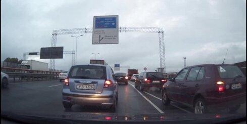 Autovadītāju stīvēšanās uz Dienvidu tilta