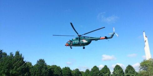 Uzvaras parkā nolaižas glābēju helikopters
