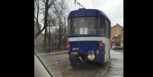 Pusaudžu bīstamās izklaides ar tramvaju