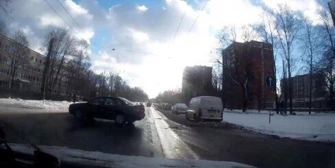 Pārgalvīgs 'Audi' šoferis izraisa avāriju Dzirciema ielā
