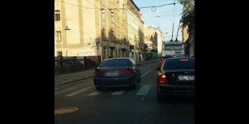 Steidzīgs 'BMW' šķērso Tallinas Čaka ielu krustojumu pa pretējo joslu