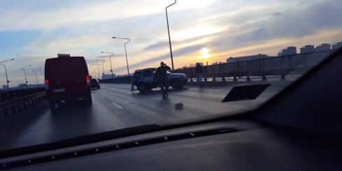 Uz Dienvidu tilta kravas auto ietriecas džipā