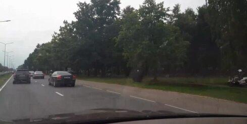 Policijas motociklisti brauc pa ietvi