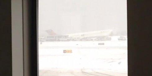 Ņujorkā no skrejceļa noskrējusi lidmašīna