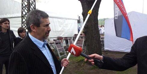 Lindermans Uzvaras parkā ieradies ar Ukrainas pašpasludināto republiku karogiem