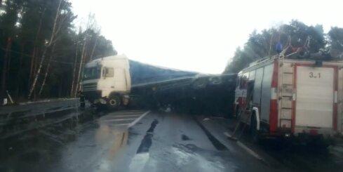 Pie Ainažiem avarē trīs kravas auto