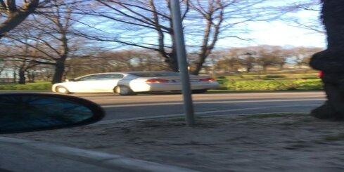 Nekaunīgs autovadītājs Grīziņkalnā brauc pa gājēju ietvi