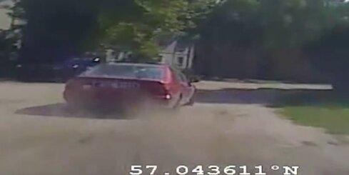 Policija aiztur autobraucēju, kurš apdraud Jaunciema iedzīvotājus