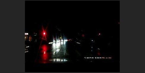 Valdemāra un Alojas ielu krustojumā autovadītājs aiztraucas pie sarkanā luksofora signāla