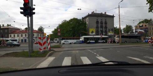 Kā nedisciplinēti šoferi bloķē krustojumu Brīvības ielā