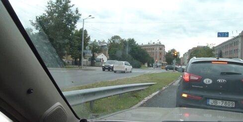 Pārdrošs autovadītājs Rīgas centrā brauc pa pretējo joslu