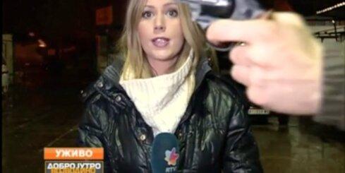 Serbijas televīzijas tiešraidē garāmgājējs vicina ieroci